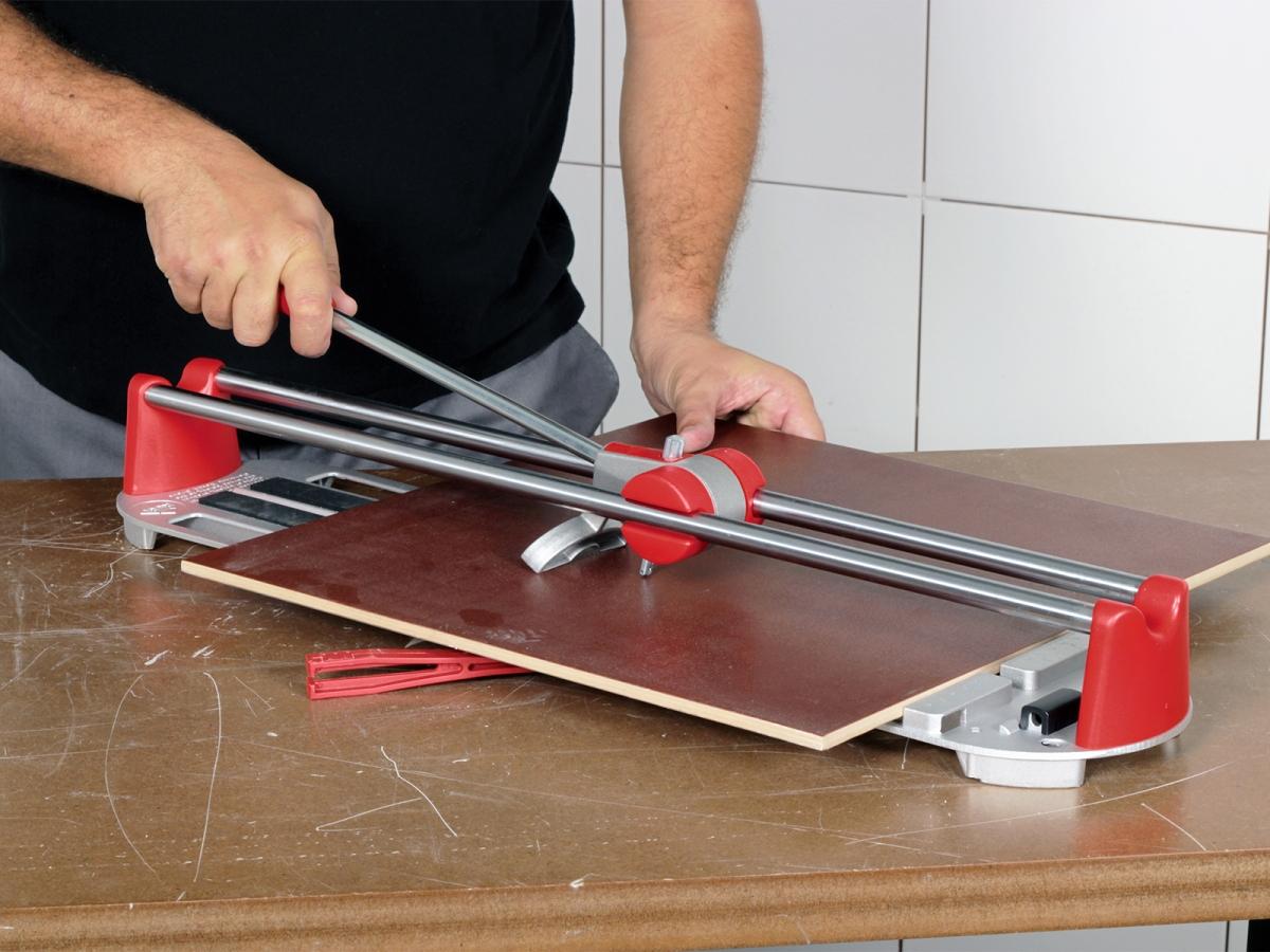 Фиксация плитки левой рукой