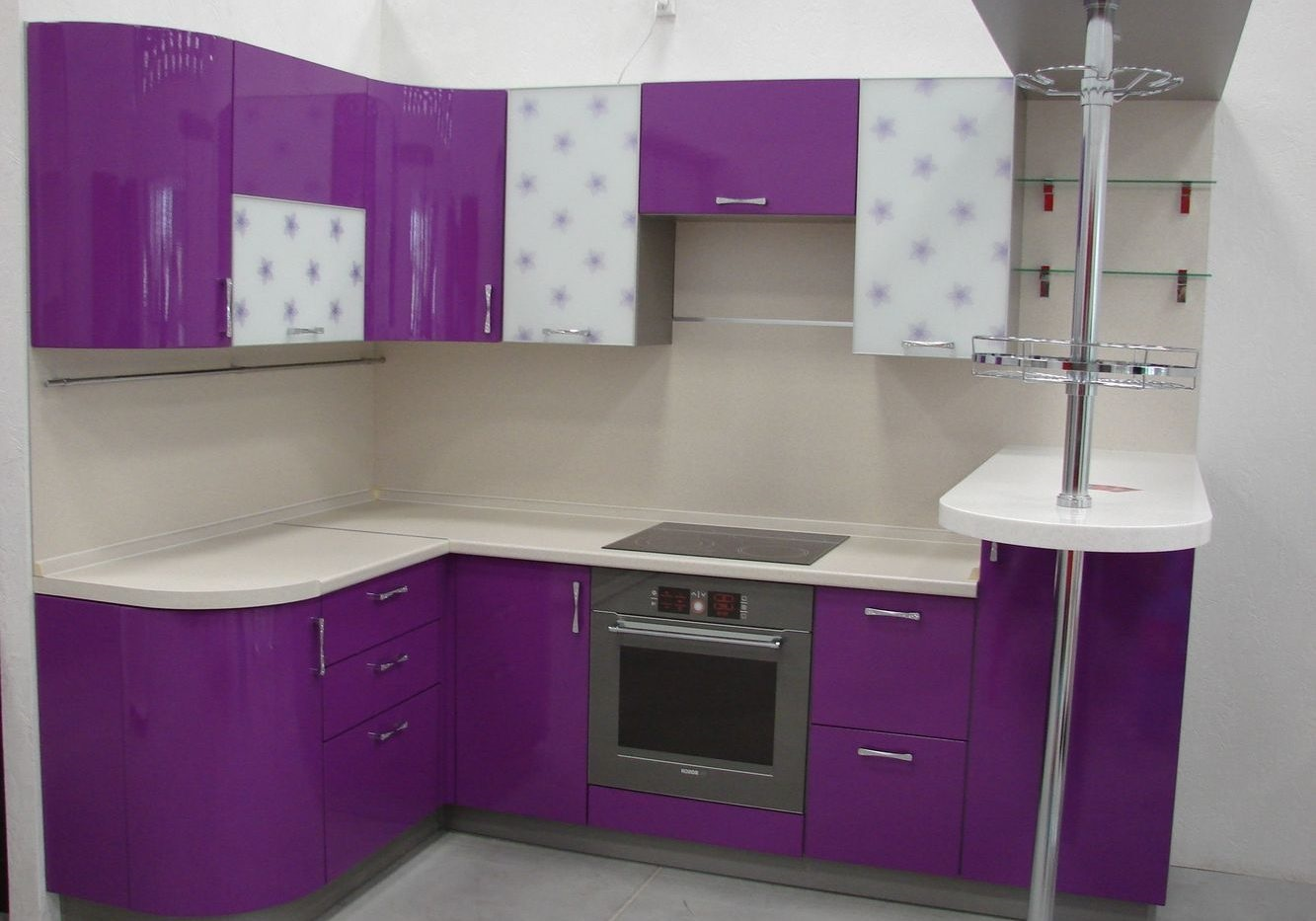 пурпурные шкафы на кухне