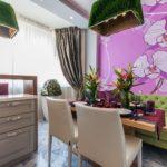 фиолетовая кухня с панно на стене