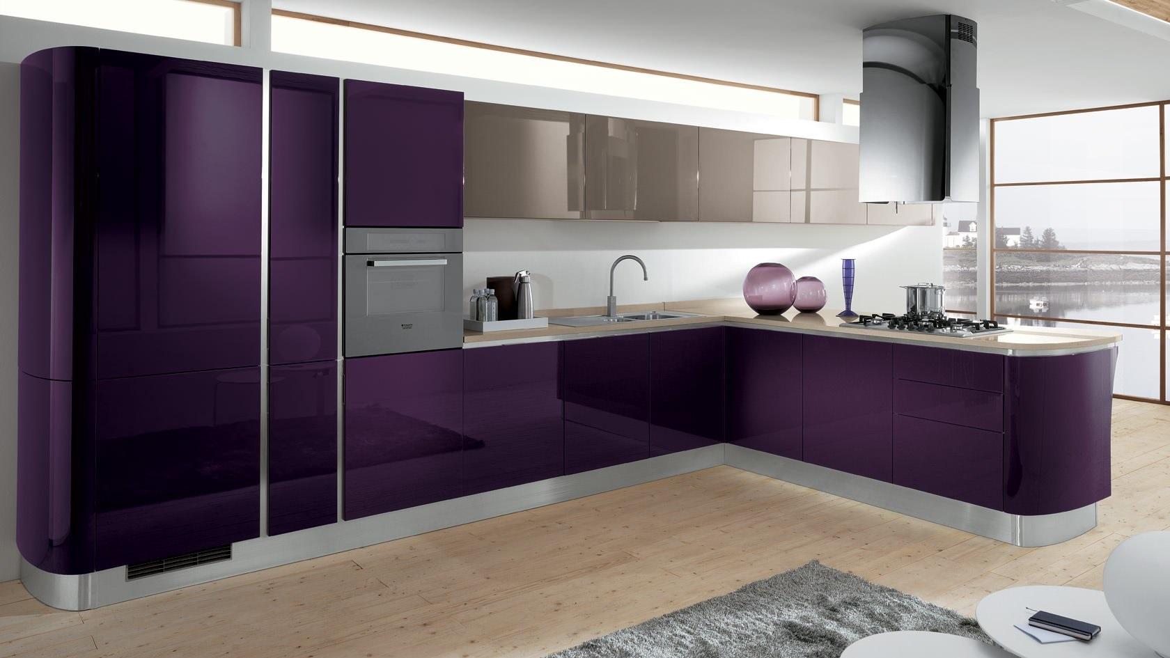 сочетание пурпурного с серым на кухне