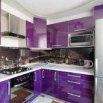 фиолетовая кухня с фотообоями