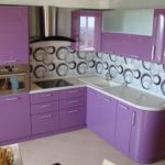 фиолетовая кухня с чеоно-белыми завитушками на кафеле