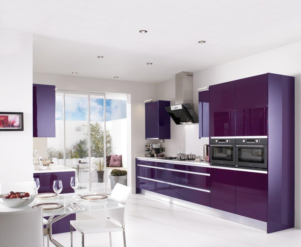 темно-пурпурные шкафы на кухне
