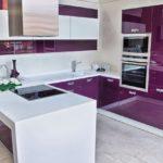 фиолетовая кухня с белой мебелью
