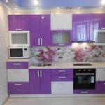 фиолетовая кухня с белым и цветами