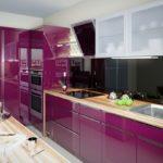фиолетовая кухня с черной панелью