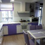 фиолетовая кухня с серыми стульями