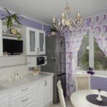 фиолетовая кухня со шторами