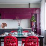 фиолетовая кухня с розовыми стульями