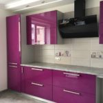 фиолетовая кухня с белым кафелем