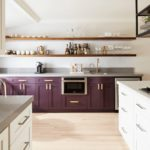 фиолетовая кухня с деревянными полками