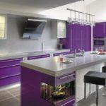 фиолетовая кухня с телевизором