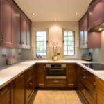фиолетовая кухня с коричневыми шкафами