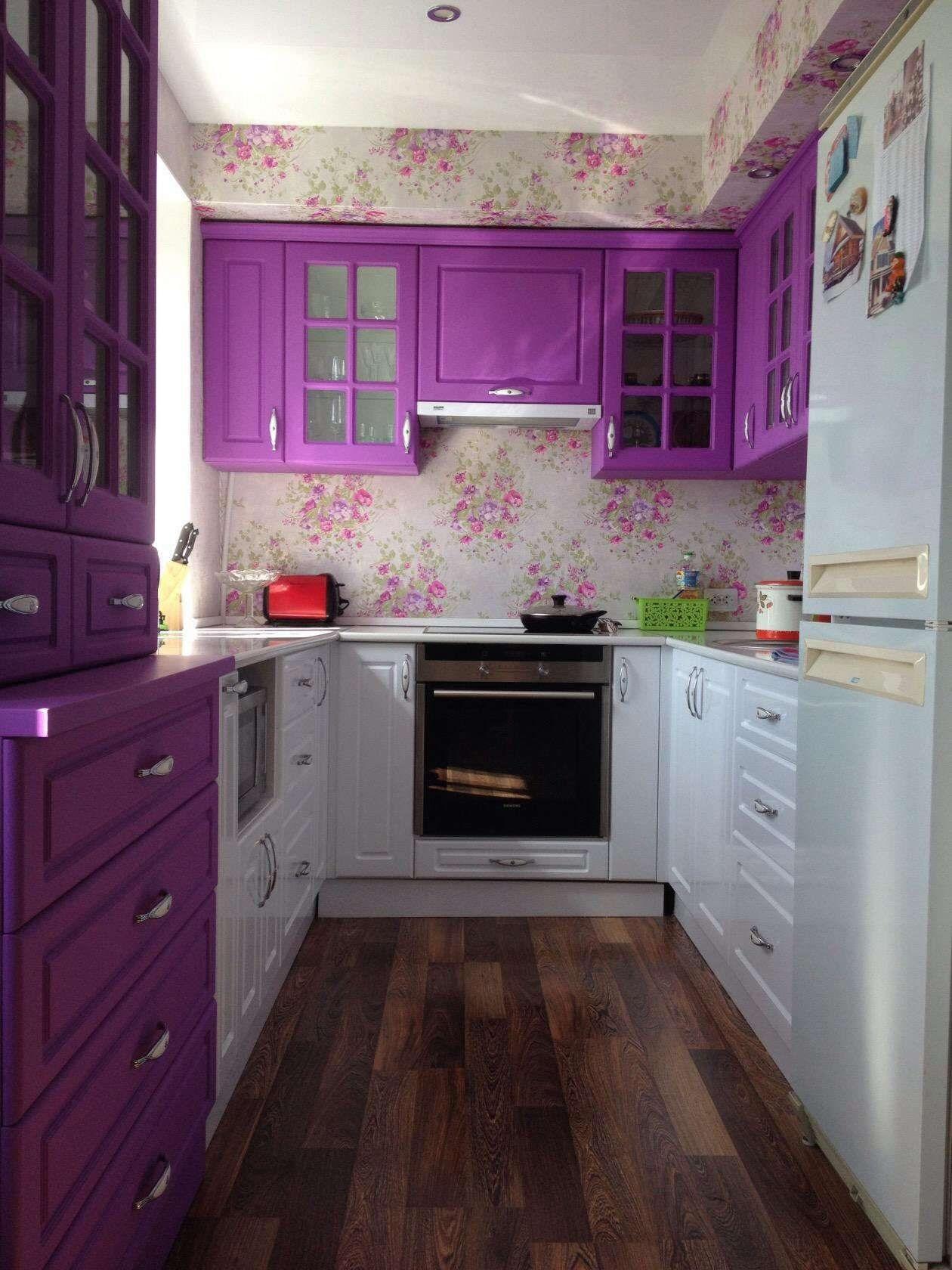 красный в дизайне фиолетовой кухни