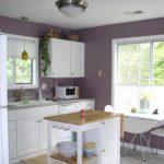 фиолетовая кухня с белым гарнитуром