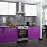 фиолетовая кухня серый кафель белые шкафы