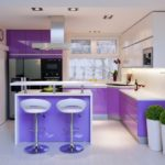 фиолетовая кухня с барными стульями
