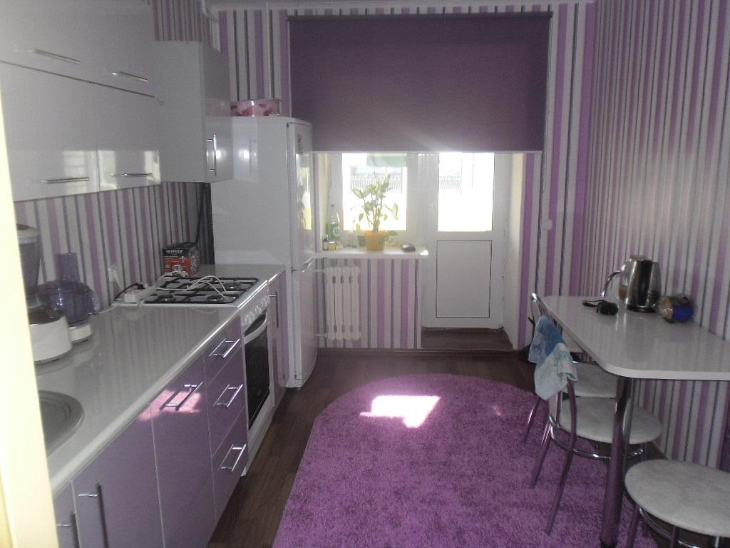 сиреневый коврик на кухне