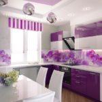 фиолетовая кухня с полосатыми шторами