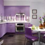 фиолетовая кухня с коричневыми вазами
