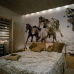 фотообои в спальню с лошадьми