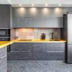 кухонный гарнитур с разными цветами