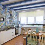 кухня с голубой плиткой