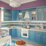 голубая кухня с фиолетовым