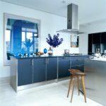 голубая кухня с вытяжкой