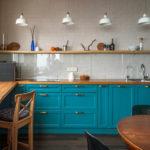 голубая кухня с деревянной столешницей