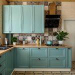 насыщенная кухня голубого цвета
