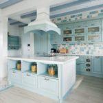 голубая кухня с плиткой