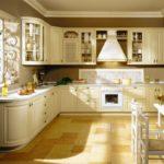 горчичная деревянная кухня