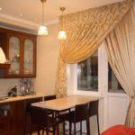 красивые шторы из органзы на кухонном окне
