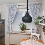 как оформить кухонное окно серой тюлью