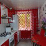 яркий и необычный вариант штор для кухни