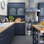 компактная синяя кухня