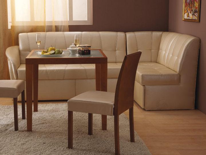 диван в светлой кухне