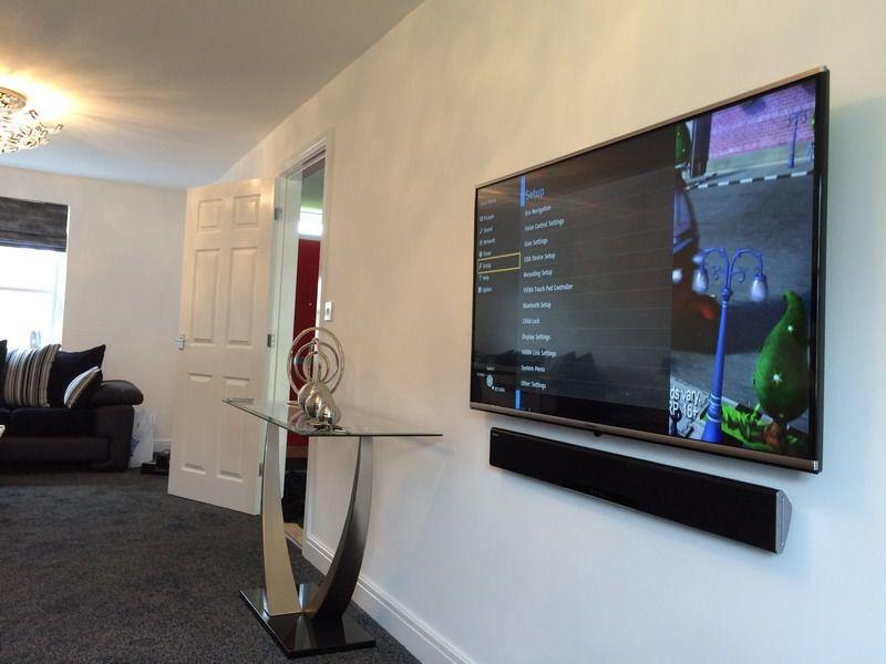 большой телевизор в интерьере дома