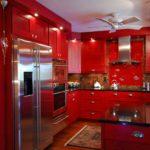 красного цвета кухня