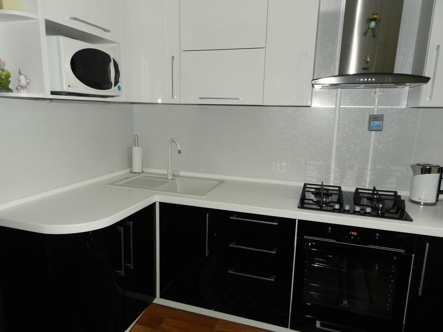 кухня с белыми шкафами