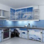голубая кухня с рисунками