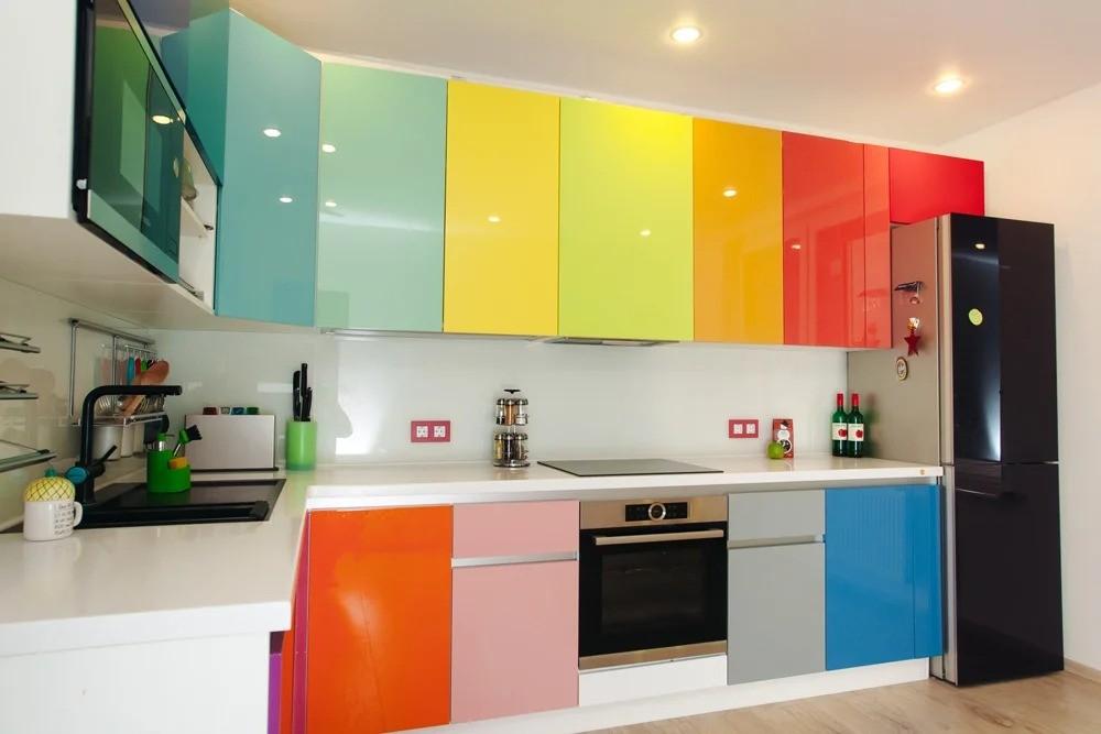 разноцветные кухонные фасады