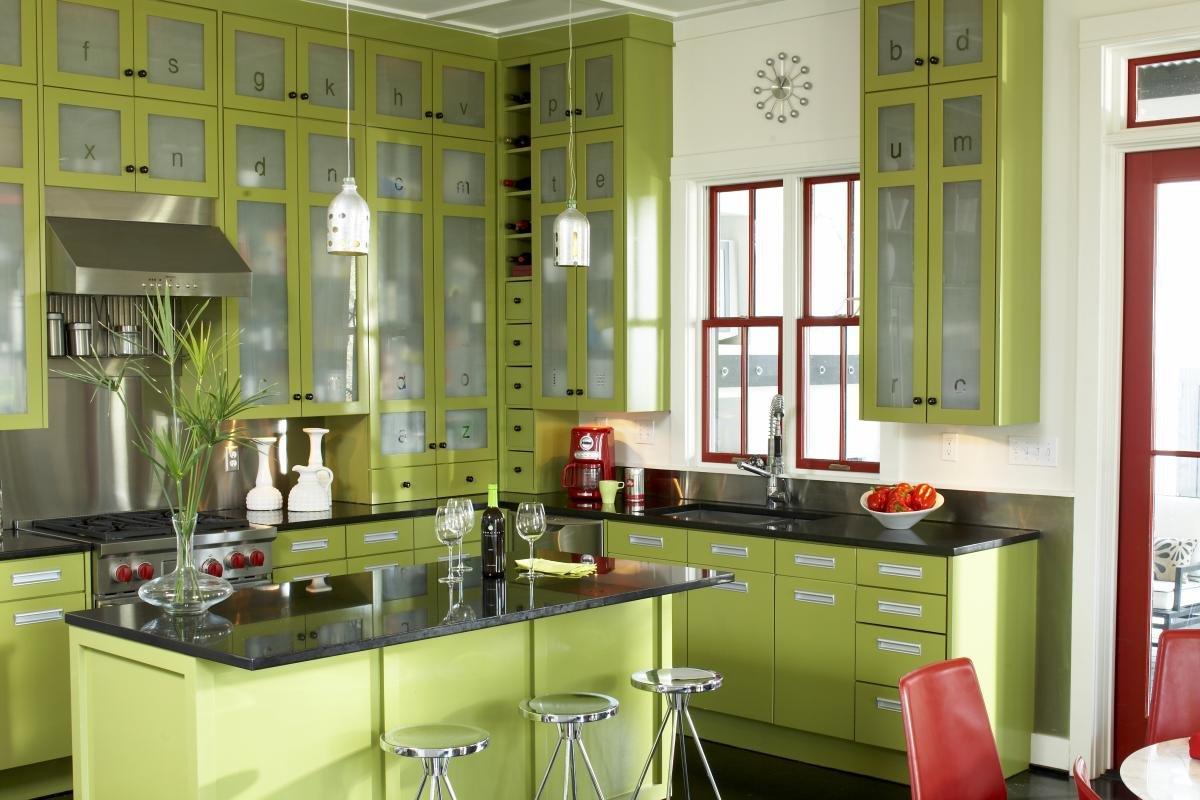 Кухня с открытыми шкафами фото всего только