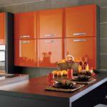 оранжевого цвета кухня