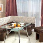 коричневый угловой диван с цветной спинкой