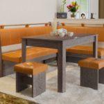 оранжевый угловой диван для кухни