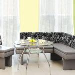 серый диван с цветочным мотивом