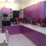 лаковая фиолетовая кухня