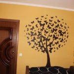 круглое дерево на стене
